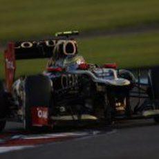 Romain Grosjean tomando una curva en Abu Dabi