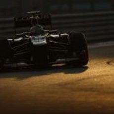 Romain Grosjean pilotando bajo el atardecer en Abu Dabi