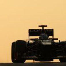 Kimi Räikkönen con su Lotus E20 bajo el atardecer de Abu Dabi