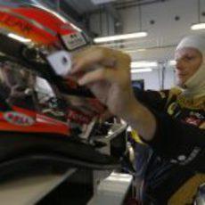 Romain Grosjean coge su casco en el garaje de Lotus