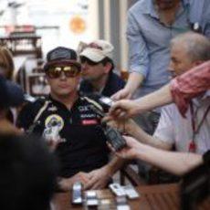 Kimi Räikkönen atendiendo a los medios en el paddock