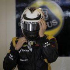 Kimi Räikkönen se ajusta el casco en el garaje de Lotus
