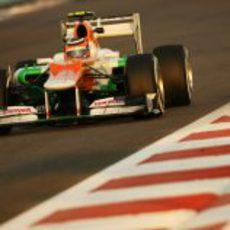 Nico Hülkenberg en una recta del circuito de Yas Marina