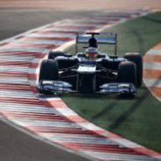 Pastor Maldonado se salta una curva en los libres de India