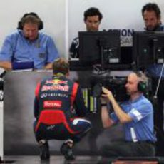 Sebastian Vettel mira los tiempos tras la clasificación de India