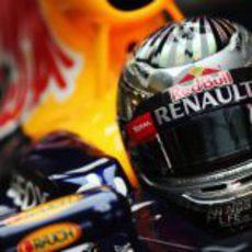 Sebastian Vettel sentado en su RB8 en Yas Marina