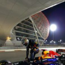 Vettel se baja del RB8 averiado en Yas Marina