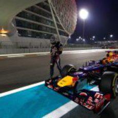 Vettel no puede llegar a boxes tras la clasificación de Abu Dabi 2012