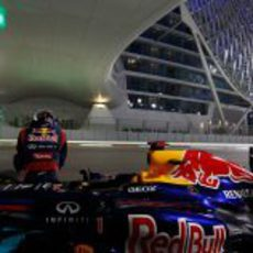 Sebastian Vettel sentado fuera de su RB8 en Yas Marina
