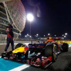 Vettel se lamenta ante su coche tras no llegar a boxes