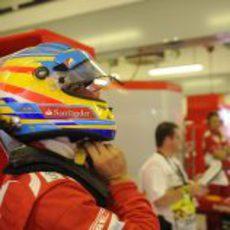 Fernando Alonso se pone el casco antes de salir a la pista