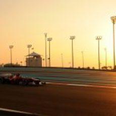 Fernando Alonso rueda bajo el sol del atardecer en Abu Dabi