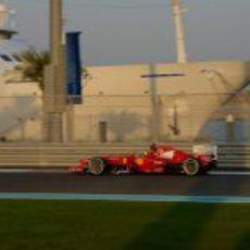 Felipe Massa rueda en el circuito de Yas Marina con el F2012