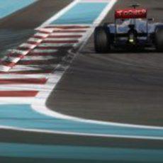 Lewis Hamilton entra en una recta en el circuito de Yas Marina