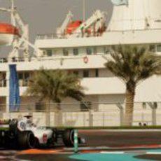 Kamui Kobayashi completa una vuelta más en Yas Marina