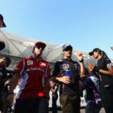 Fernando Alonso y Mark Webber hablan antes de la carrera