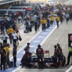 Los mecánicos de Red Bull preparan el coche de Vettel en el pit lane