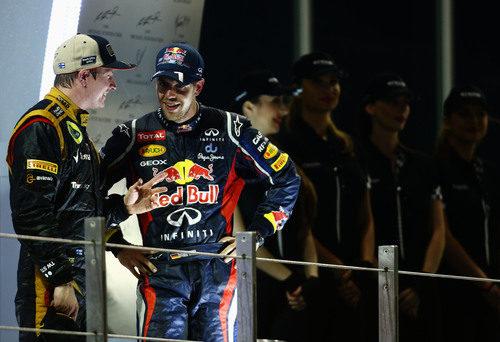 Kimi Räikkönen y Sebastian Vettel hablan en el podio de Abu Dabi
