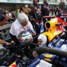 Bernie Ecclestone deseó suerte a Vettel en el pit lane de Abu Dabi