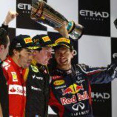 Sebastian Vettel sonríe en el podio del GP de Abu Dabi 2012