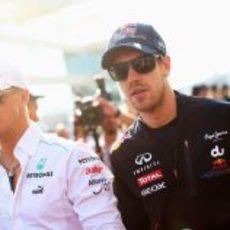 Sebastian Vettel y Michael Schumacher en el drivers parade en Abu Dabi