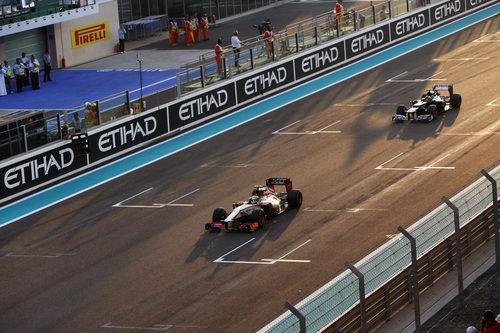 Narain Karthikeyan pasa por la recta de Yas Marina seguido de Nico Rosberg