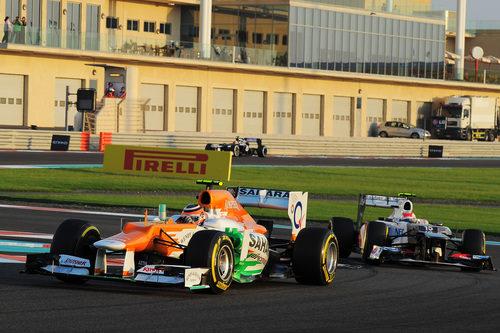 Nico Hülkenberg rueda por delante de Sergio Pérez en Abu Dabi