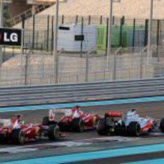 Los dos Ferrari ruedan pegados a Jenson Button en Abu Dabi