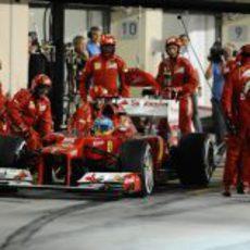 Fernando Alonso realiza su parada en Abu Dabi