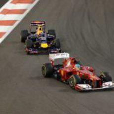Fernando Alonso se defiende de Mark Webber en Abu Dabi