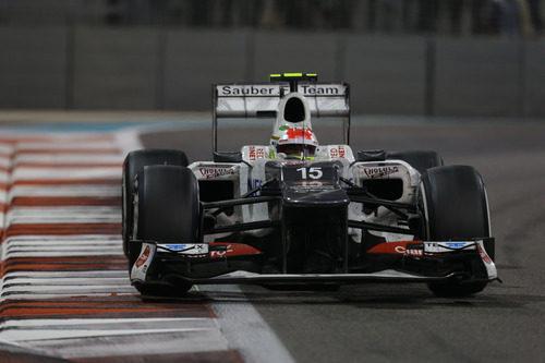 Sergio Pérez en una recta en el circuito de Yas Marina