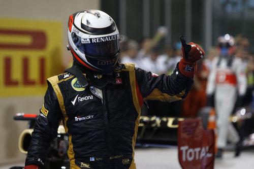 Kimi Räikkönen levanta el pulgar tras su victoria