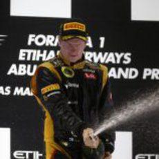 Kimi Räikkönen celebra su triunfo en el podio de Abu Dabi
