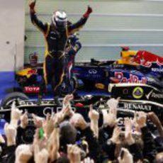 Kimi Räikkönen celebra la victoria para alegría de su equipo