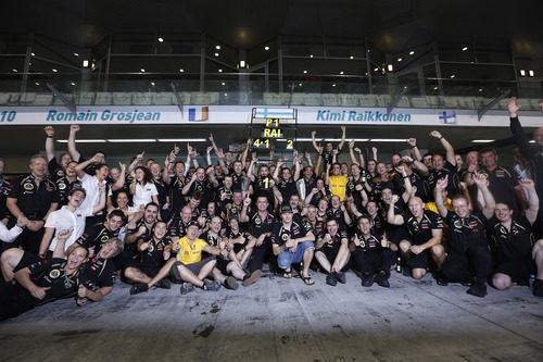 El equipo Lotus festeja la victoria de Räikkönen en Abu Dabi