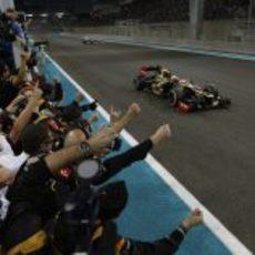 Lotus celebra la victoria de Kimi Räikkönen a su paso bajo la bandera a cuadros