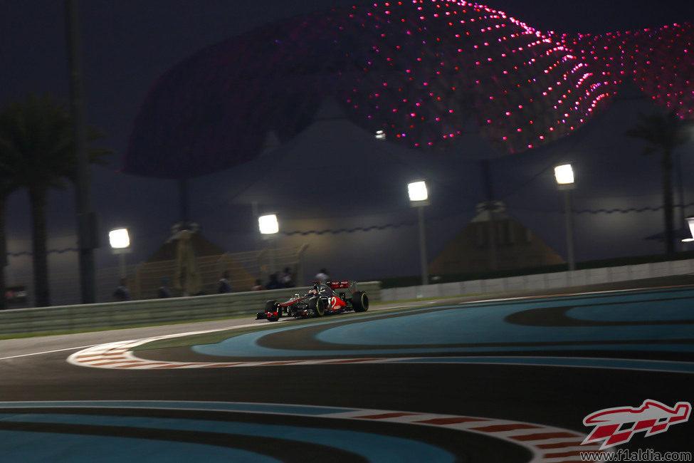 Jenson Button pilota su McLaren bajo la noche de Abu Dabi