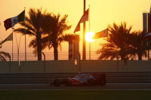 Lewis Hamilton pilota bajo el atardecer en Abu Dabi