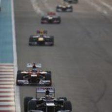 Pastor Maldonado por delante de Fernando Alonso en Abu Dabi