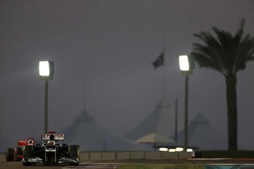 Pastor Maldonado pilotando bajo luz artificial en Abu Dabi