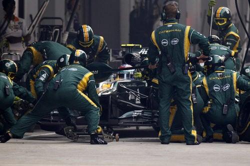 Vitaly Petrov realiza su parada en el GP de India 2012
