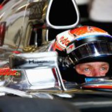 Kevin Magnussen sentado en el McLaren en Yas Marina