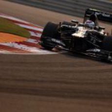 Vitaly Petrov coge una curva en el circuito de Buddh