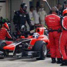 Timo Glock realiza su parada en el GP de India 2012