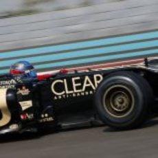 Nicolas Prost rueda en Yas Marina con el Lotus E20