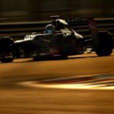Nicolas Prost pilota el Lotus E20 bajo el atradecer de Abu Dabi