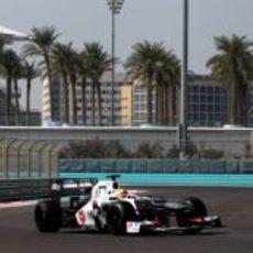 Robin Frijns rueda para Sauber en el primer día de test en Yas Marina