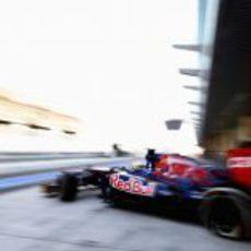 Luiz Razia abandona el garaje de Toro Rosso en Abu Dabi