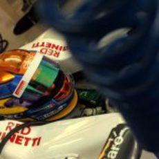 Esteban Gutiérrez espera en su coche para salir a la pista