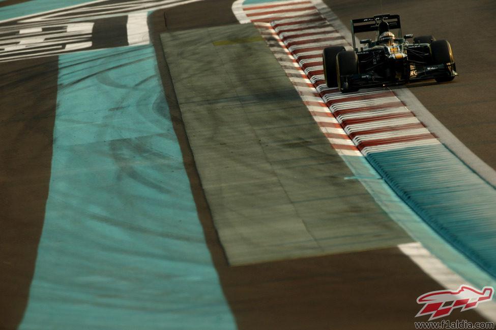 Giedo van der Garde en una recta del circuito de Yas Marina